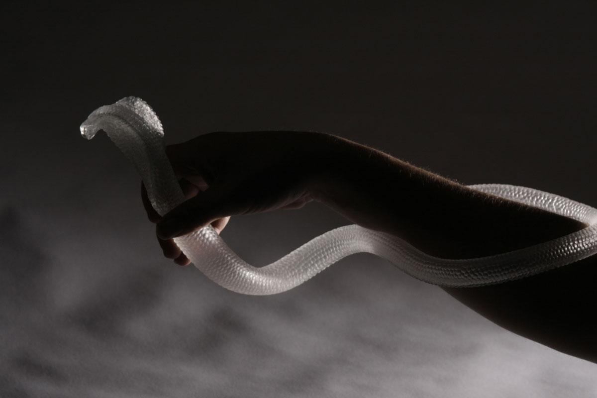Verre soufflé, Taillé, Pâte de verre avec noyau creux, Bague en argent martelé. 40 x 18 cm